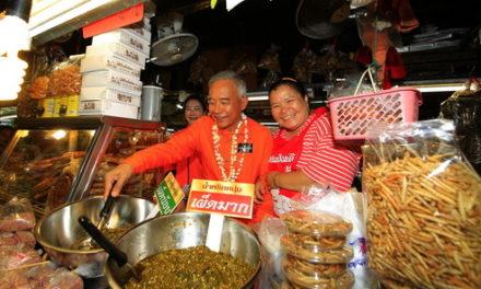 """""""สุวัจน์"""" สวมบทบาท พ่อค้าน้ำพริกหนุ่ม กลางเมืองเชียงใหม่ ชูสโลแกนทิ้งทวน """" หันหน้าเข้าหากันสร้างสรรค์เศรษฐกิจไทย"""""""