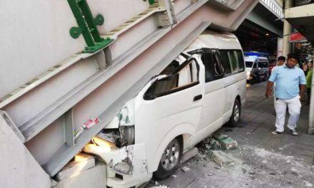 คนขับรถตู้หลับใน พุ่งชนบันได BTS อุดมสุข เจ็บ 1 ราย