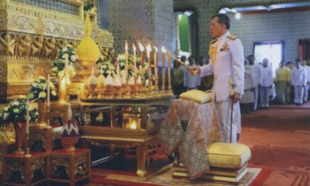 สมเด็จพระเจ้าอยู่หัว ทรงกราบถวายบังคม-สรงพระบรมอัฐิ ในการพระราชพิธีสงกรานต์