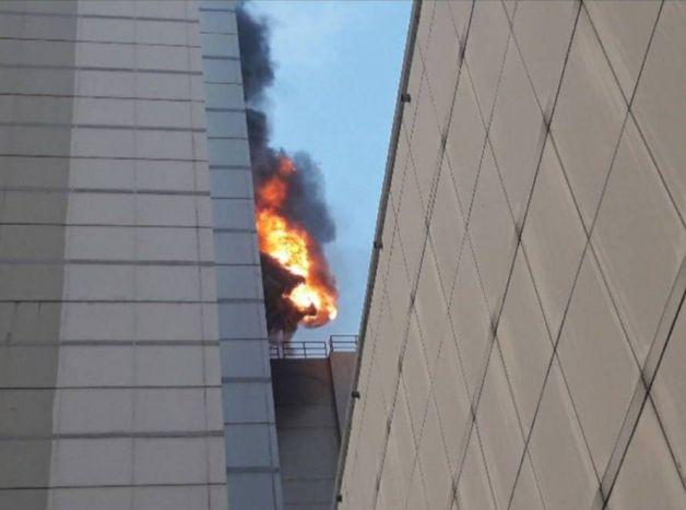อพยพวุ่น! แห่หนีตายจากห้างเซ็นทรัลเวิลด์ เพลิงยังพวยพุ่งเต็มอาคาร