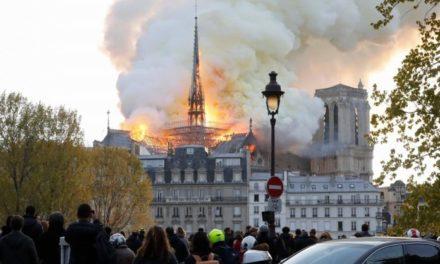 ไฟไหม้มหาวิหารนอตเทรอดาม กลางกรุงปารีส เปลวเพลิงโหม-ควันพุ่ง