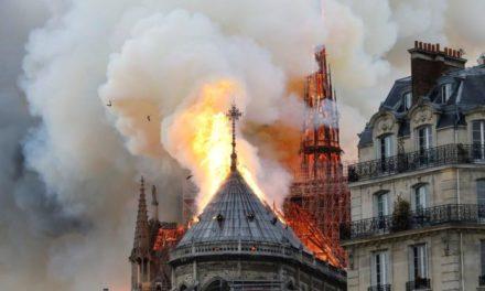 เสียขวัญทั้งปารีส ไฟไหม้มหาวิหารนอเทรอดาม ยอดหักต่อหน้าต่อตา