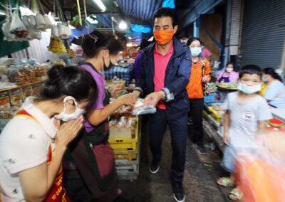 รมต.เทวัญฯ ลุยตลาดแจกหน้ากากอนามัยและแอลกอฮอล์