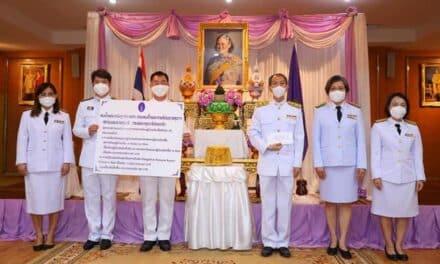 สมเด็จพระกนิษฐาธิราชเจ้า กรมสมเด็จพระเทพรัตนราชสุดาฯ สยามบรมราชกุมารี พระราชทานเงินจำนวน 1,553,000 บาท แก่โรงพยาบาลกระทุ่มแบน เพื่อปรับปรุงห้องผ่าตัดแรงดันลบ สำหรับรองรับผู้ป่วยโควิด-19
